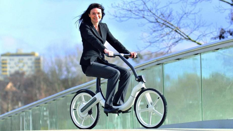 <strong>Volkswagen Bik.e -</strong> Ce vélo électrique pliable a un cadre d'aluminium et de magnésium, pour un poids sous les 20 kg. Avec sa pile au lithium, il peut parcourir 20 km par charge, à une vitesse maximale de 20 km/h.<br /><br /><br /> (Photo Volkswagen)
