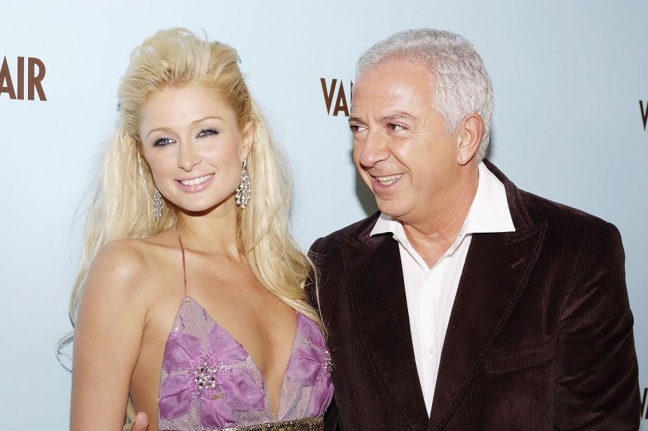 Paul Marciano pose avec Paris Hilton en 2004.... (ARCHIVES AFP)