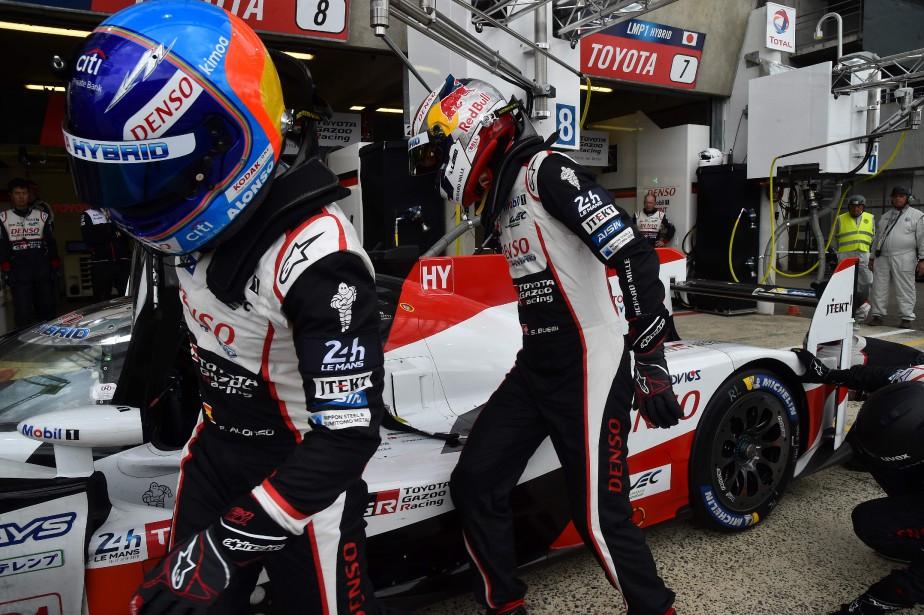 Fernando Alonso (à g.) cède la Toyota TS050 Hybride à son coéquipier Sébastien Buemi, lors des essais du 3 juin au Mans. (AFP)