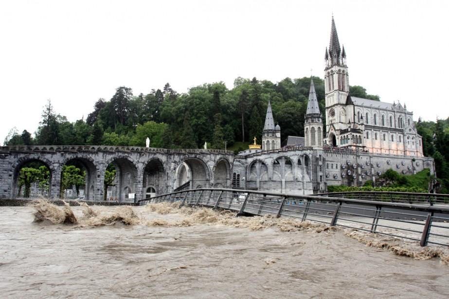 Le sanctuaire de Lourdes lors desinondations de juin... (Photo archives AFP)