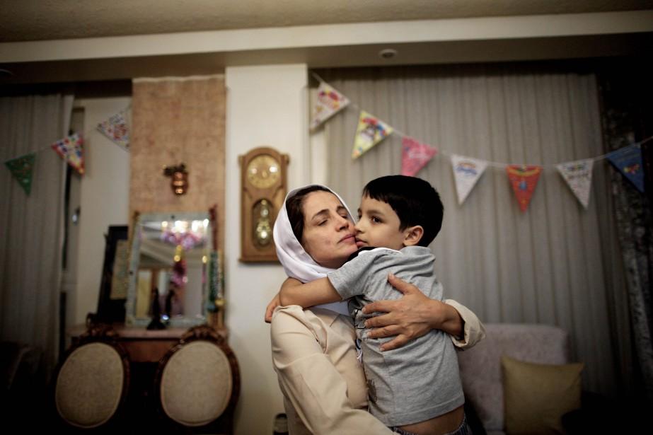 Nasrin Sotoudeh et son fils Nima dans leur... (ARCHIVES AFP)