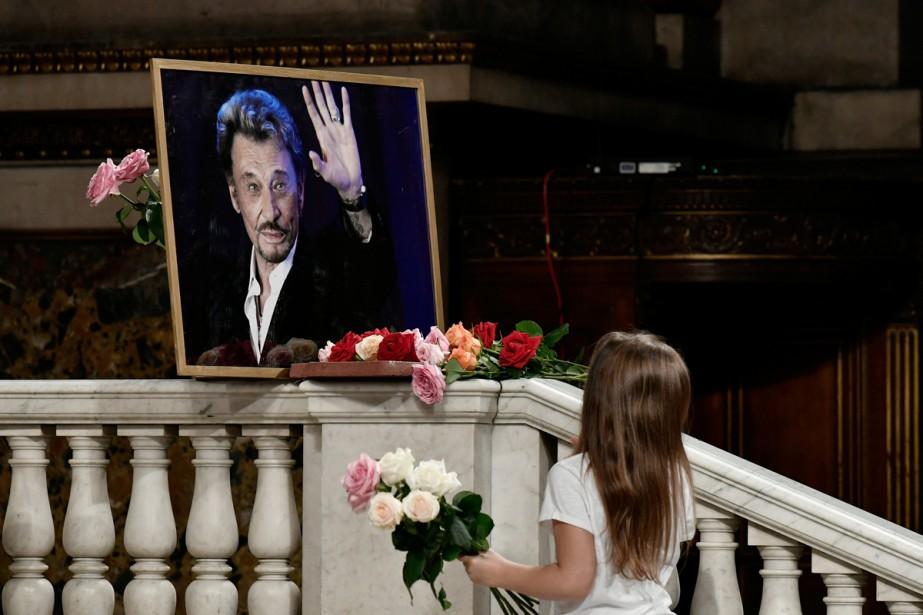Une jeune fan se recueille devant un portrait... (Photo reuters)
