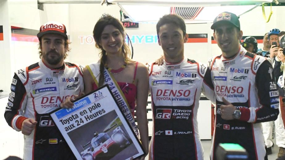Les pilotes Fernando Alonso, Kazuki Nakajima, et Sébastien Buemi posent avec Miss Le Mans après s'être qualifiés en pole position pour la course de demain et dimanche.Nakajima a inscrit le chrono le plus rapide. | 15 juin 2018