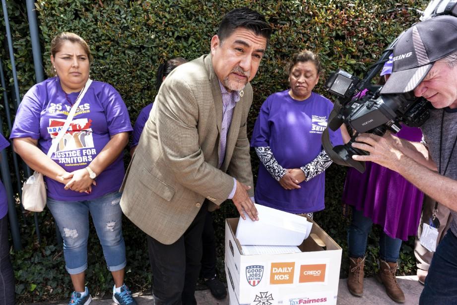 Le président du syndicatSEIU,David Huerta,entouré d'une délégation d'employés... (photo David Crane, Los Angeles Daily News via AP)