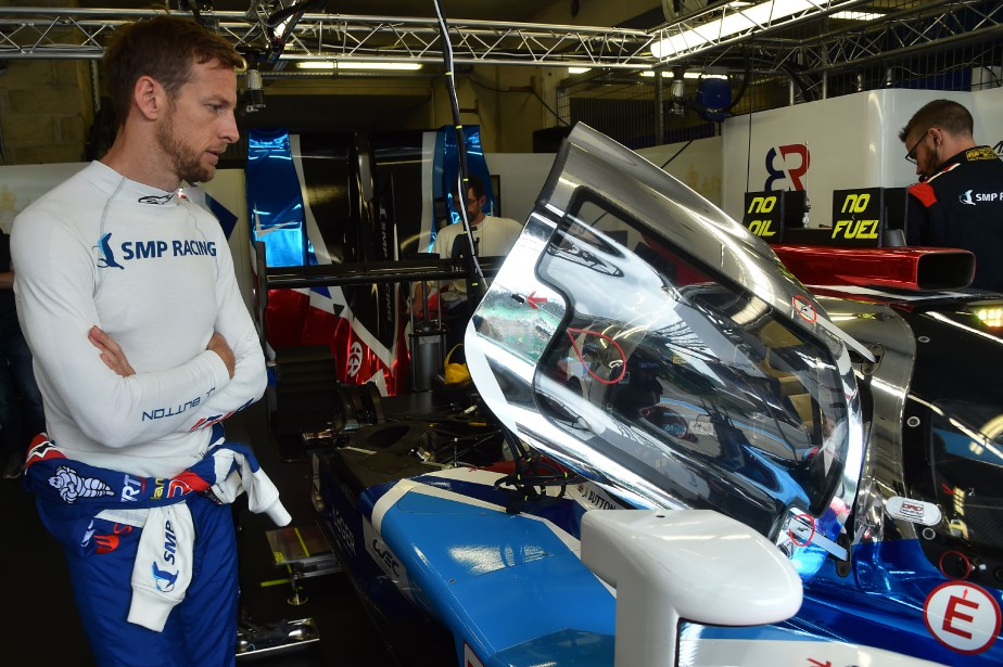 Le pilote Jenson Button regarde sa BR1, dans le paddock de l'écurie russe BR Engineering, avant les essais libres en préparation des 24 Heures du Mans, le 3 juin dernier. | 15 juin 2018
