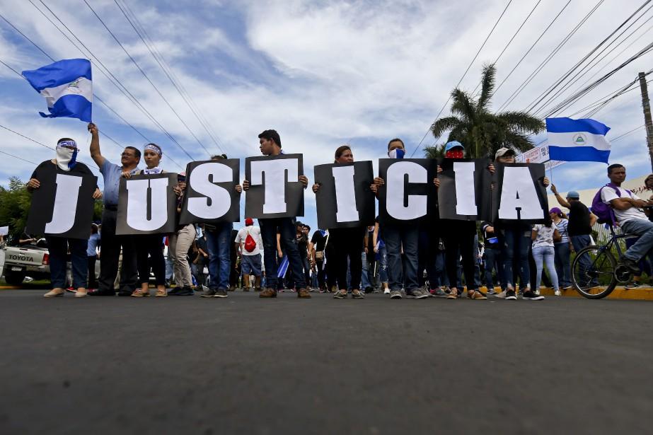 Des protestataires anti-gouvernement manifestent dans les rues de... (PHOTO Esteban Felix, AP)