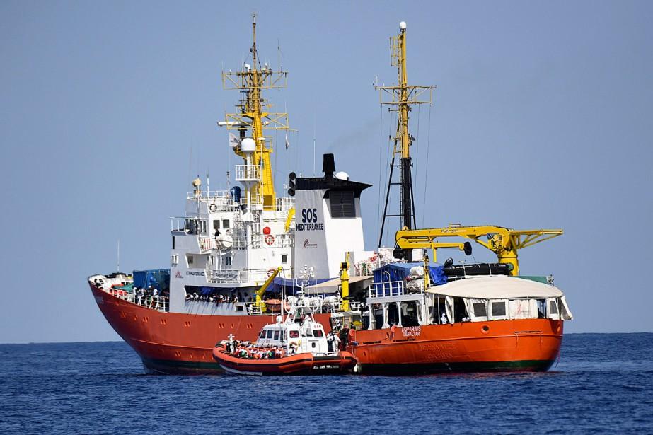 L'Aquariuset les deux navires transportant les 630migrants sauvés... (PHOTO SALVATORE CAVALLI, ARCHIVES ASSOCIATED PRESS)