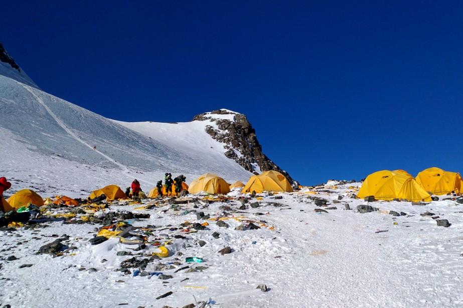 Les alpinistes, qui ont cassé leur tirelire pour... (PHOTO Doma SHERPAM, AFP)