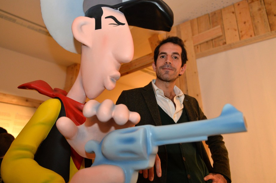 Le dessinateur Jul aux côtés d'une figurine géante... (Photo GEORGES GOBET, archives Agence France-Presse)