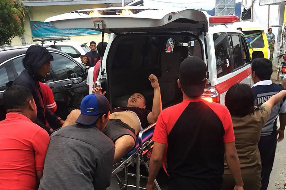 «Six passagers ont été secourus, un est mort»,... (PHOTO FOURNIE PAR LE CONSEIL NATIONAL INDONÉSIEN POUR LA GESTION DES CATASTROPHES/AFP)