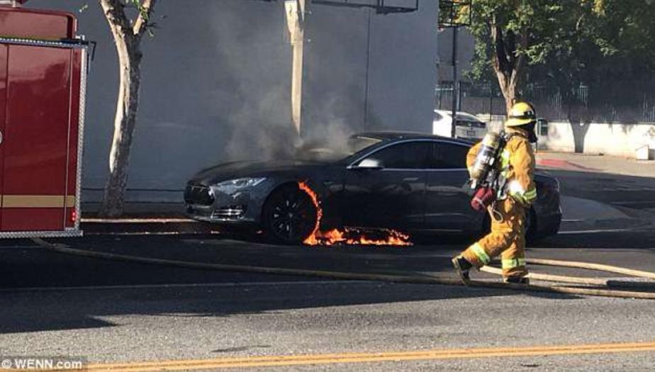 Acura Santa Monica >> Sa Tesla brûle à Hollywood, le metteur en scène tourne une vidéo | Denis Arcand | Tesla