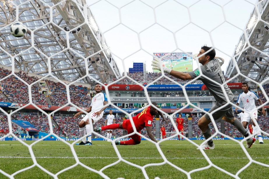 Romelu Lukaku (au centre) a marqué deux buts... (Photo Adrian Dennis, AFP)