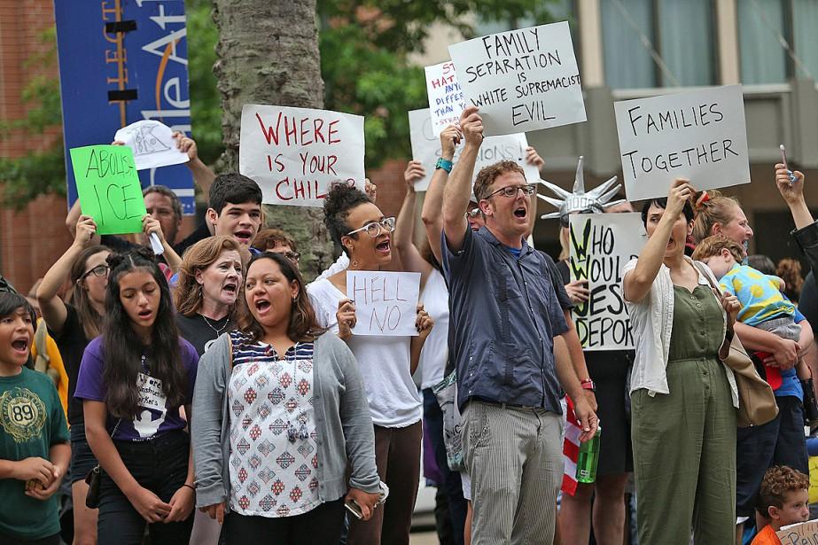 Une manifestation contre la politique de «tolérance zéro»... (PHOTO MICHAEL DEMOCKER, THE TIMES-PICAYUNE VIA AP)