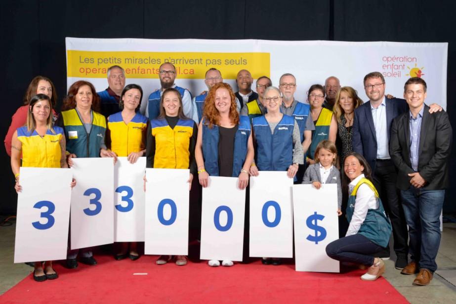 Un chèque de 333 000$ a été remis... (Photo fournie par Lowe's Canada)