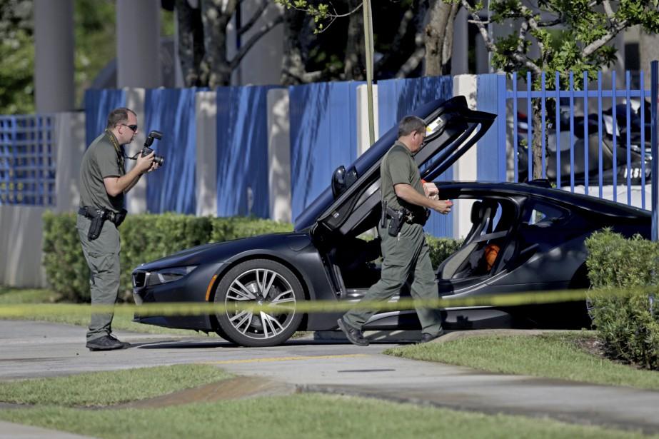 Des enquêteurs inspectent la voiture dans laquelle XXXTentacion... (PHOTO AP)