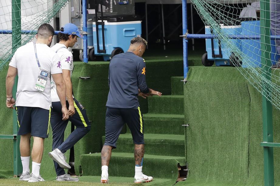 Neymar (à droite)boitait en quittant le terrain pour... (Photo Andre Penner, AP)