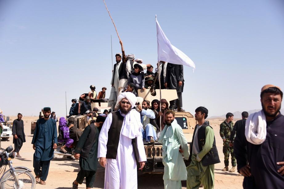 Talibans et civils fêtaient le cessez-le-feu le 17... (AFP)