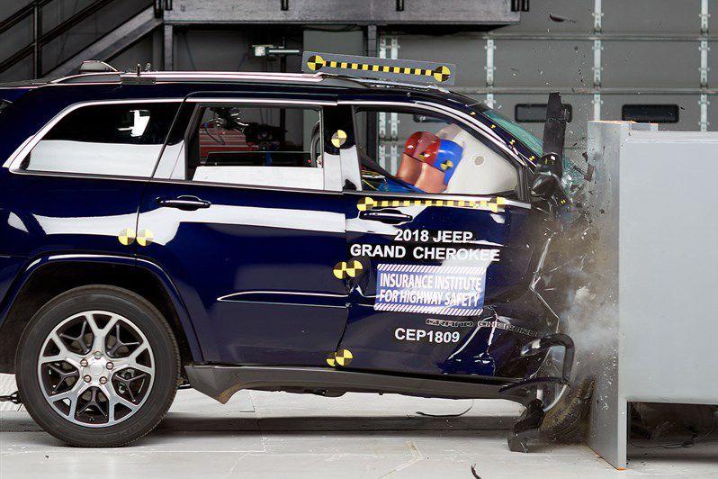 Le Grand Cherokee 2018 et le Ford Explorer 2018 ont échoué le test de collision frontale partielle de l'IIHS, du côté passager. Ci-haut, le Grand Cherokee.Les ingénieurs ont constaté de nombreuses intrusions dans leur habitacle qui peuvent provoquer des blessures à la tête, aux hanches ainsi qu'aux jambes du passager avant. ()