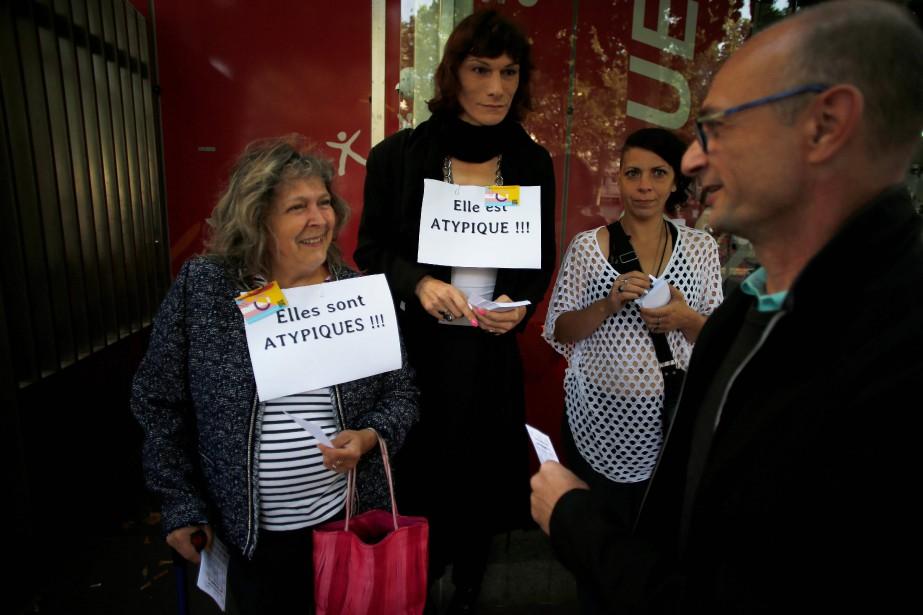 Des personnes ont manifesté devant le conseil départemental,... (PHOTO CHARLY TRIBALLEAU, Agence France-Presse)