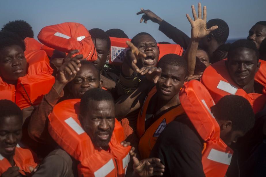 Les migrants rescapés provenaient de divers pays africains... (Photo Santi Palacios, Associated Press)