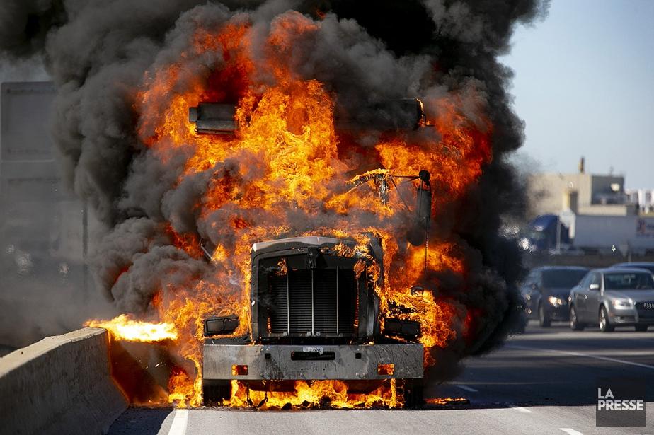 Le camion transportait de la terre, selon le... (David Boily, La Presse)