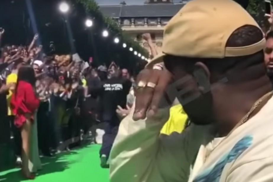 Kanye West au défilé du designer Virgil Abloh.... (Photo tirée d'une vidéo)