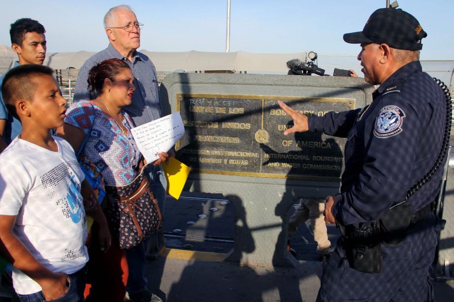 Des activistes à la frontière entre le Mexique... (Photo HERIKA MARTINEZ, Agence France-Presse)