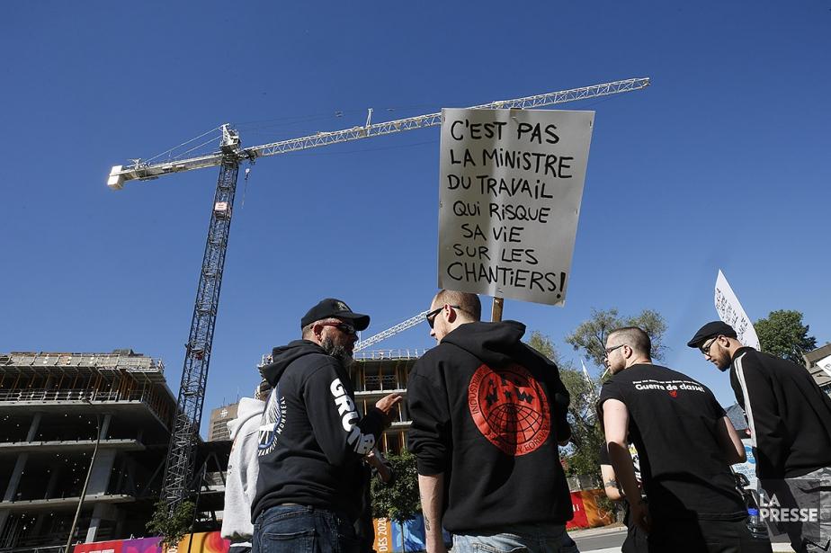 Des grutiers manifestaient ce matin devant le chantier... (Photo Patrick Sanfaçon, archives La Presse)