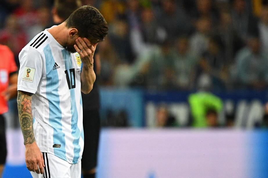 Lionel Messi avait la mine basse après la... (Photo Johannes Eisele, AFP)