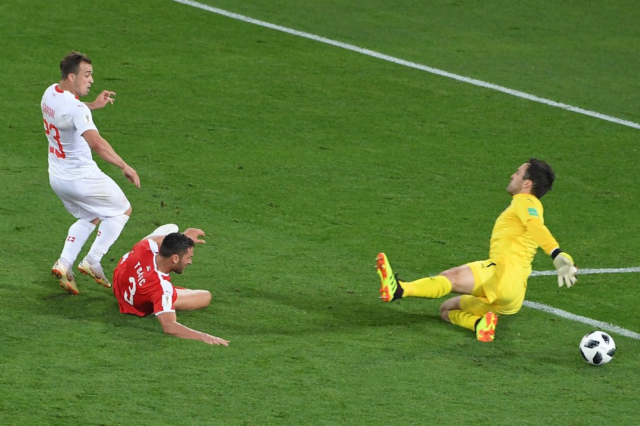 Xherdan Shaqiri (à gauche) a marqué le but... (Photo PATRICK HERTZOG, AFP)