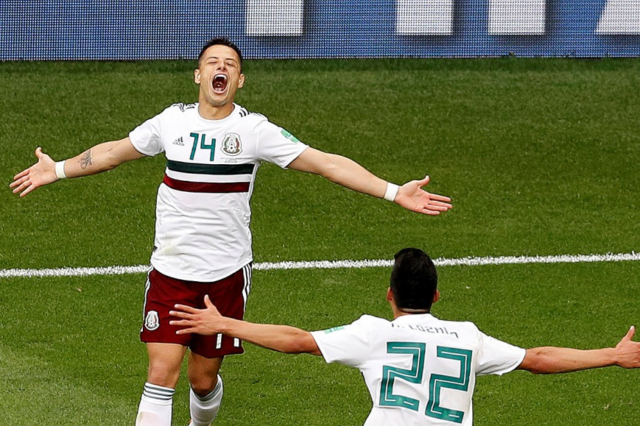 Javier « Chicharito » Hernandez célèbre son but avec Hirving Lozano.... (PHOTO DARREN STAPLES, REUTERS)