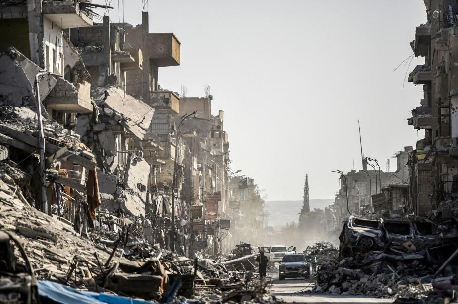 Une rue bordée de bâtiments détruits par des... (Photo BULENT KILIC, archives Agence France-Presse)
