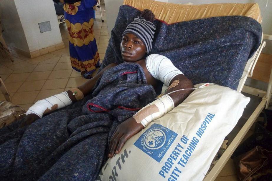 Un homme reçoit des soins à Jos, à... (AP)
