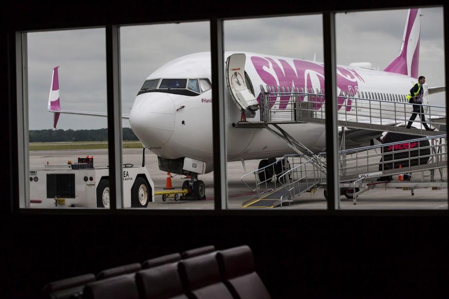Un Boeing 737-800 de Swoop à l'aéroport international... (Photo Tara Walton, La Presse canadienne)