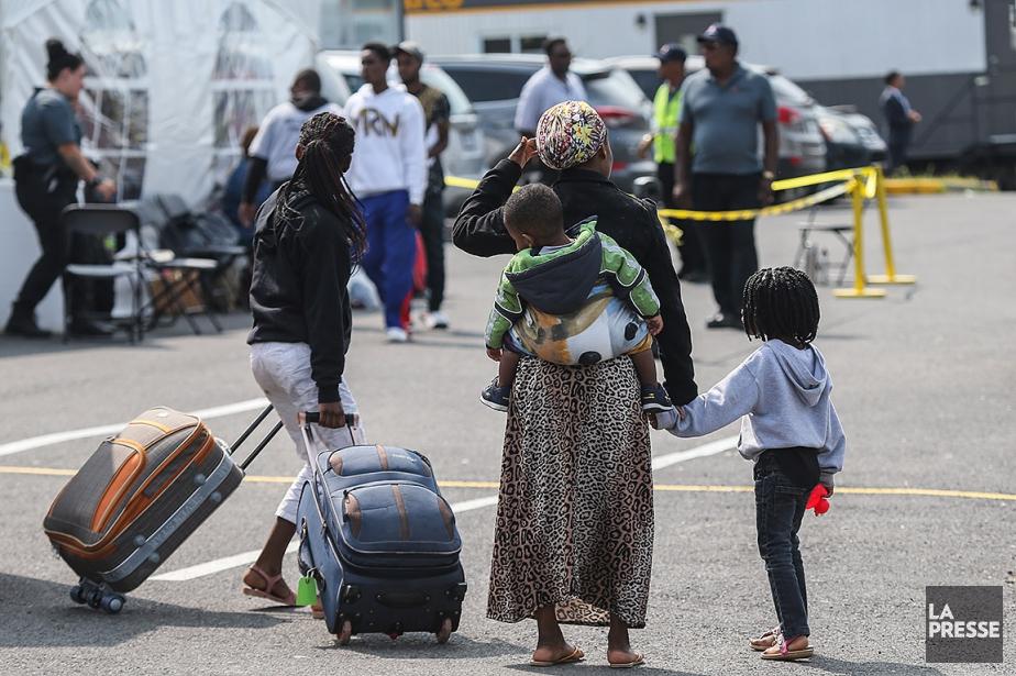 Sur cette photo d'août 2017, des demandeurs d'asile... (Photo Martin Tremblay, archives La Presse)