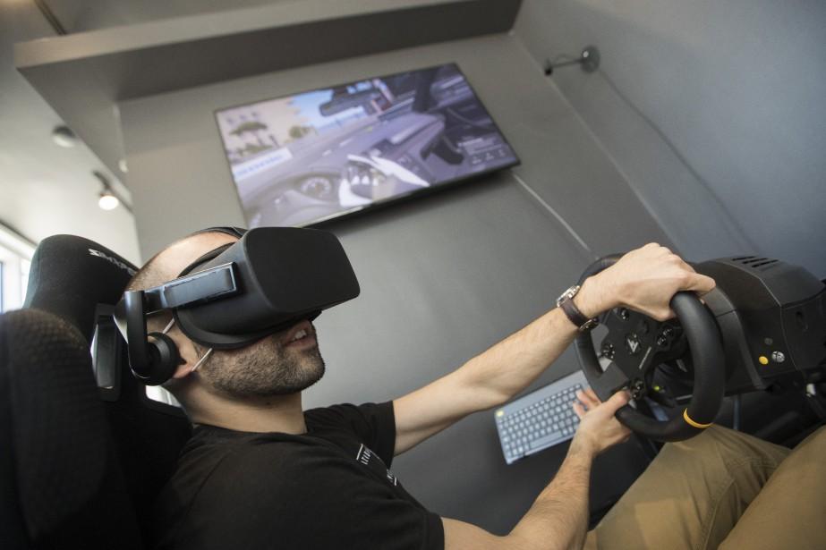 Un siège de pilote permet d'essayer avec la réalité virtuelle quelque 150 voitures.   26 juin 2018