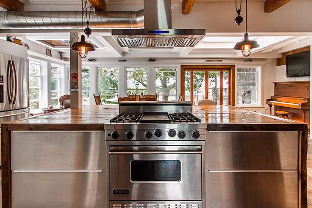Après réflexion, Denis Pellerin a transformé le balcon d'origine en salle à manger. Inspiré par une maison vue à Key West, il a créé un plafond à caissons de style Tiffany avec des retailles de gypse et des vitraux du 19 e  siècle découverts sur le chantier d'une ancienne bijouterie de Montréal. | 26 juin 2018