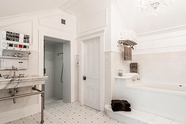 Le look de la salle de bain rappelle les salles d'eau des maisons nobles du début du 20 e  siècle. La céramique de style métro (qui doit son nom à celle installée dans le métro de New York au début des années 1900) et les nombreuses moulures donnent le ton. | 26 juin 2018