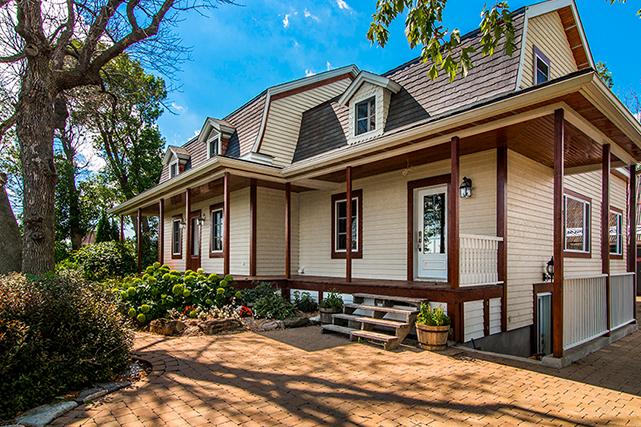 La partie gauche de la maison est érigée sur les fondations d'origine. L'annexe, à droite, a été reconstruite en respectant les proportions des grandes maisons du début des années 1900. | 26 juin 2018