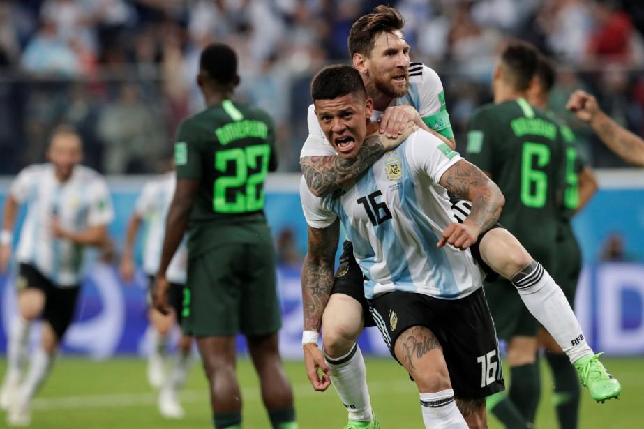Marcos Rojo (16) célèbre avec Lionel Messi après... (Photo Henry Romero, Reuters)