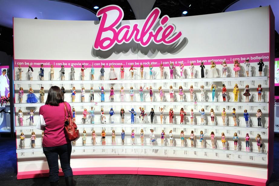 La célèbre poupée Barbie fait un pas de plus pour moderniser... (ARCHIVES AFP)