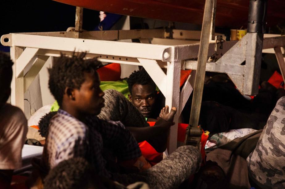 Les migrants duLifelineenduraient mardi la chaleur et des... (PHOTO AFP)