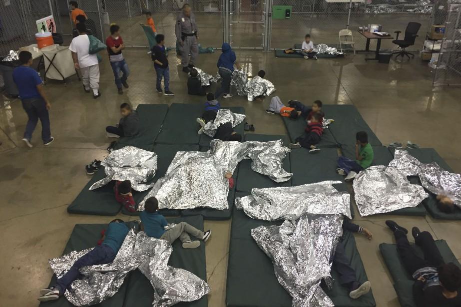 Des enfants attendent d'être réunis avec leurs parents,... (Photo AFP)