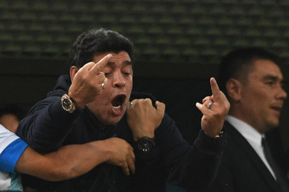 Diego Maradonaa fait un doigt d'honneur après un... (Photo Olga Maltseva, AFP)