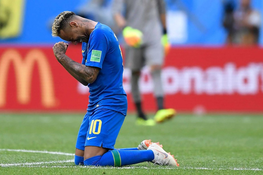 Neymar célèbre son but inscrit contre le Costa... (AFP)