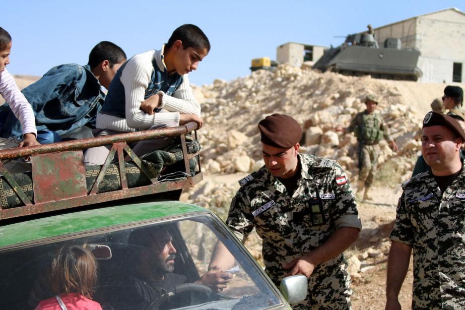Des forces de sécurité libanaises vérifient l'identité de... (Photo AFP)