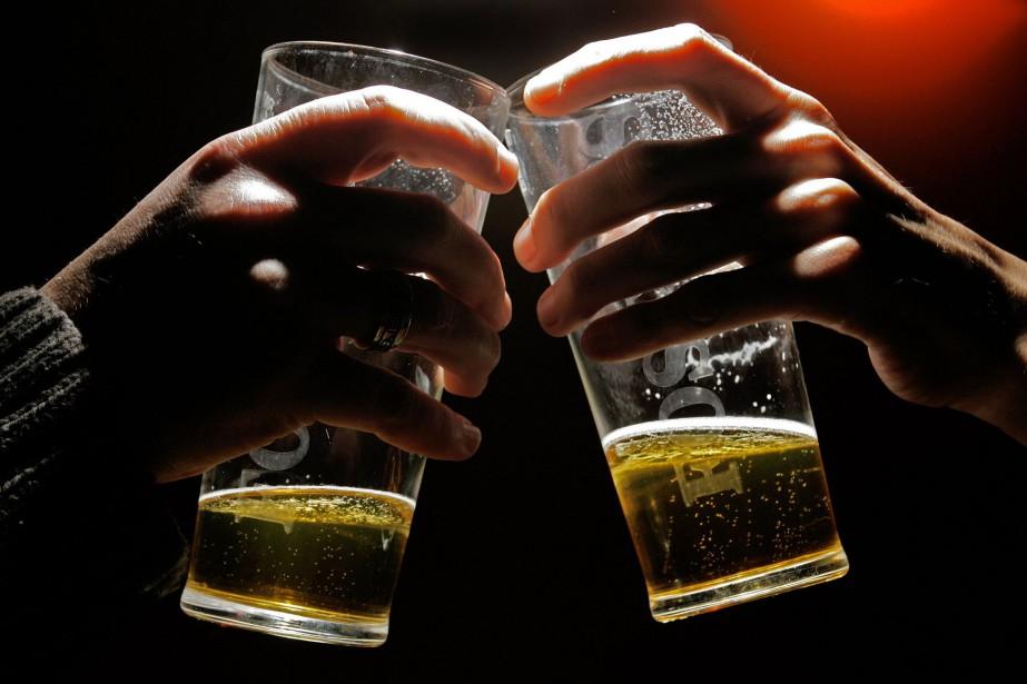 C'est la haute saison pour les bars et les barbecues alors que... (ARCHIVES AFP)