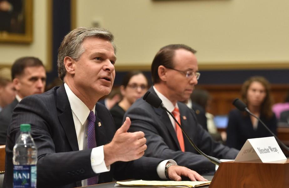 Le directeur du FBI, Christopher Wray, et le... (Photo Nicholas Kamm, Agence France-Presse)