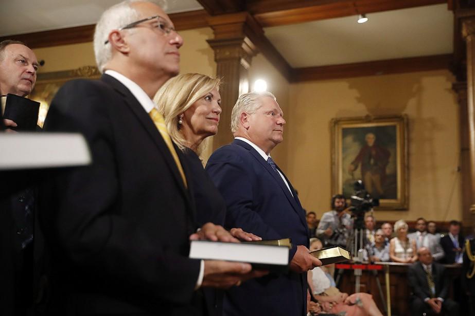 Doug Ford (à droite) a été assermenté premier... (Mark Blinch, PC)