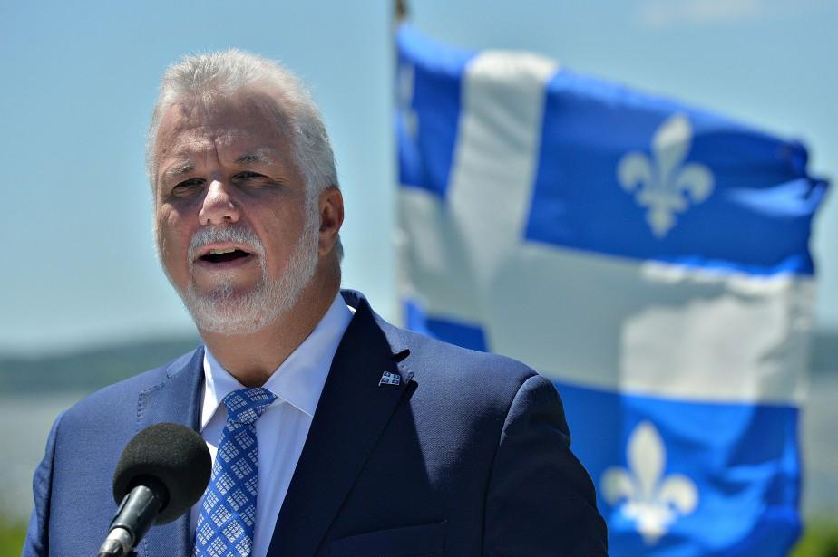 Philippe Couillard se félicite de l'aide de deux... (PHOTO ARCHIVES LA PRESSE CANADIENNE)